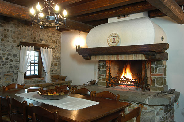 caminetto-friulano-in-pietra-e-legno-mulino-stel
